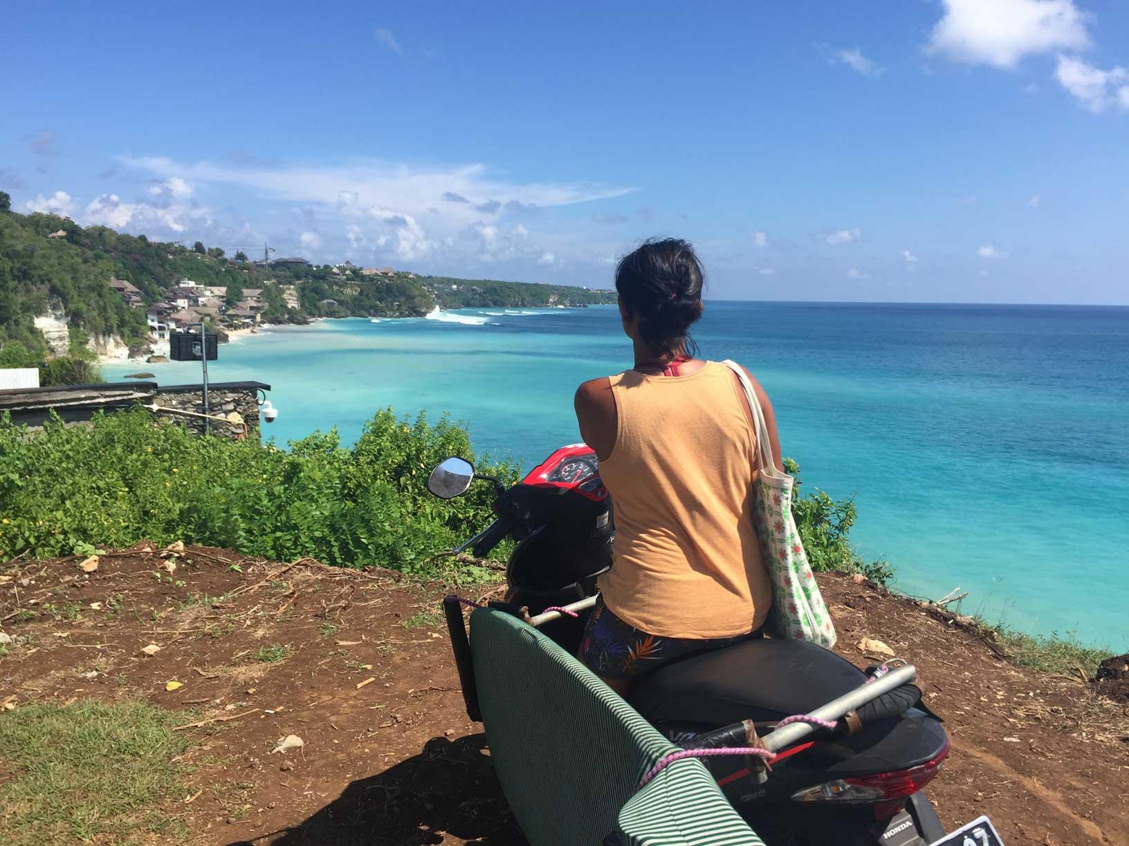 Scooter samt Boardrack sind ideal für die Wellensuche - der Verkehr auf Bali ist leider das Gegenteil.