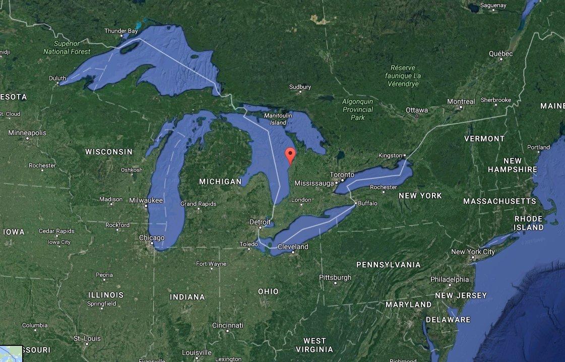 Die Markierung quer durch den See ist übrigens die Landesgrenze: Die linke Seite gehört zu den USA, die rechte zu Kanada.