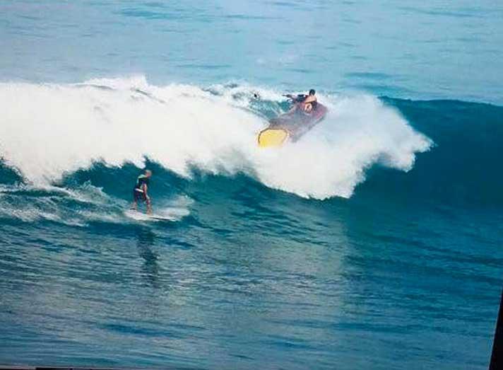 In diesem Moment dürfte der Surfer wohl direkt unter dem Jetski sein.
