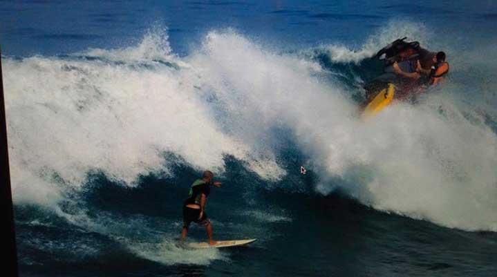 """Und dann gehen Jetski samt Surfer """"over the Falls""""."""