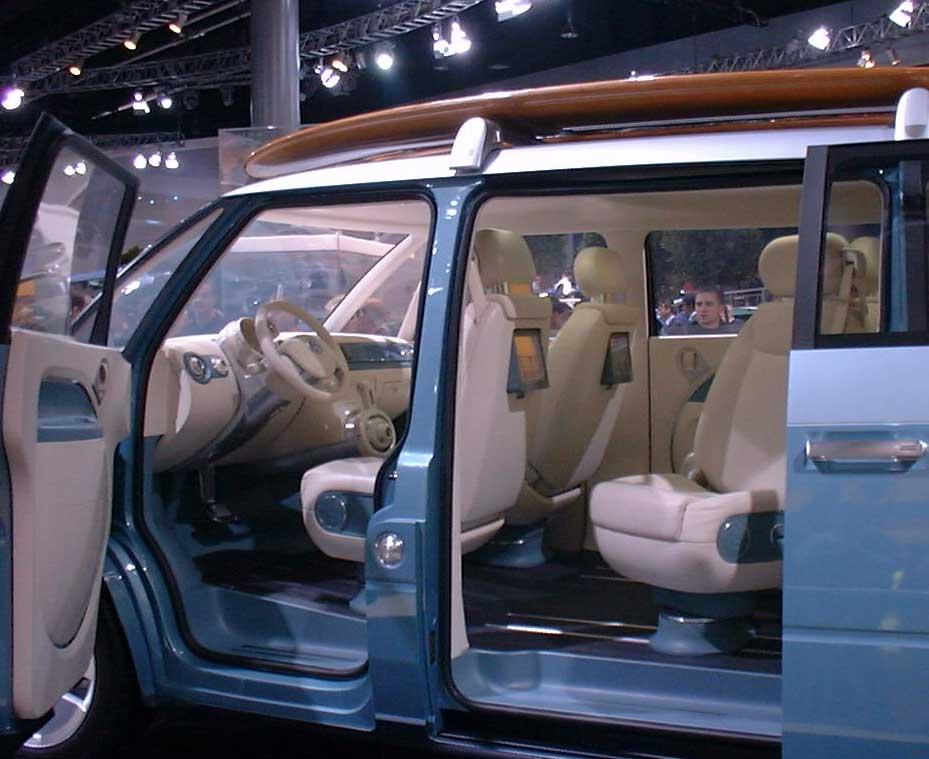 Blick ins Innere auf einer Automesse. Von der Idee sich direkt nach der Session im Wetsuit hinter das Steuer zu klemmen, raten wir ab.