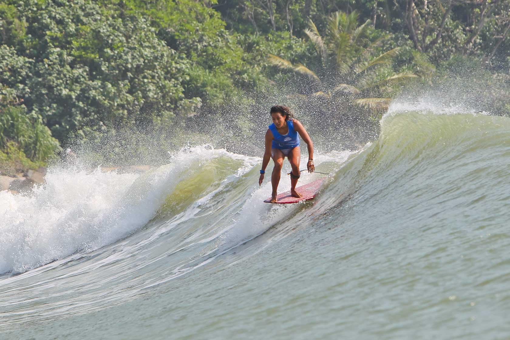 Männer traten auf ihren Longboards beim Kampf um den Titel an. Eine davor: Kelia Moniz.