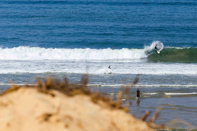 Das Foto verrät es nicht, aber die Bedingungen an diesem Tag waren heftig. So heftig, dass Boards gebrochen und Surfer kopfüber in den Sand gerammt wurden.