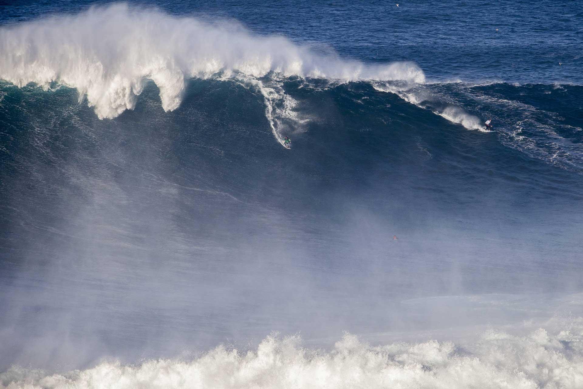 Wie hoch ist diese Welle? Gar nicht so leicht zu sagen, oder? Credit: Hugo Silva / Red Bull