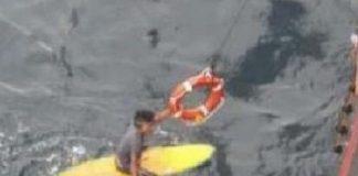 Ein recht unscharfes Foto der Rettung, das ein Crewmitglied des Frachters MSC Dalma aufnahm.