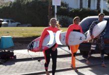 Carissa Moore und das Frauen-Hurley Team Israel