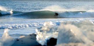 Island: Der Ort wo Eisblöcke am Strand liegen.