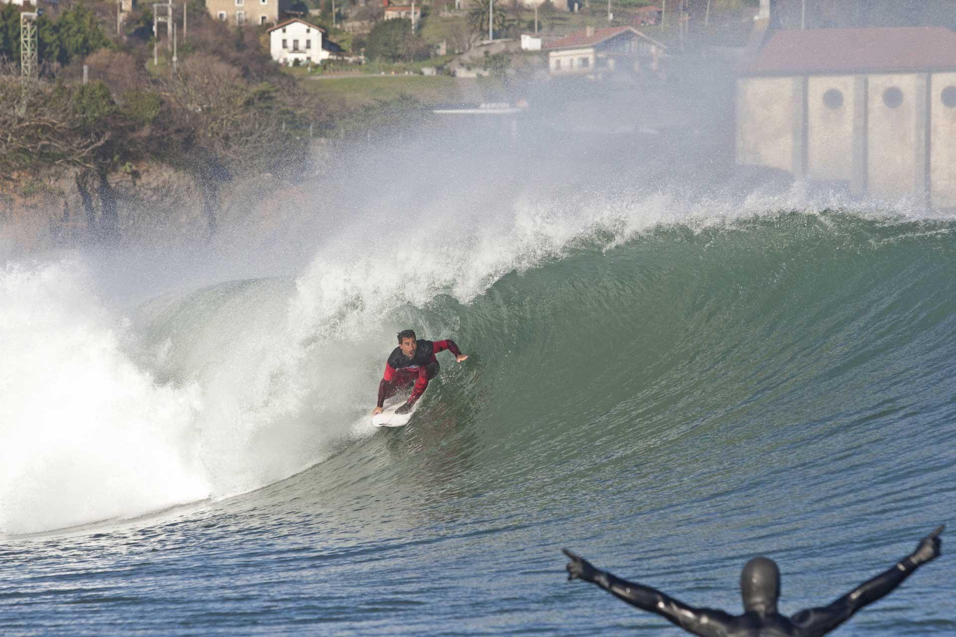 Aritz Aranburu in voller Action, während der jubelnde Zuschauer im Vordergrund Rückschlüsse auf die Wassertemperatur zulässt.