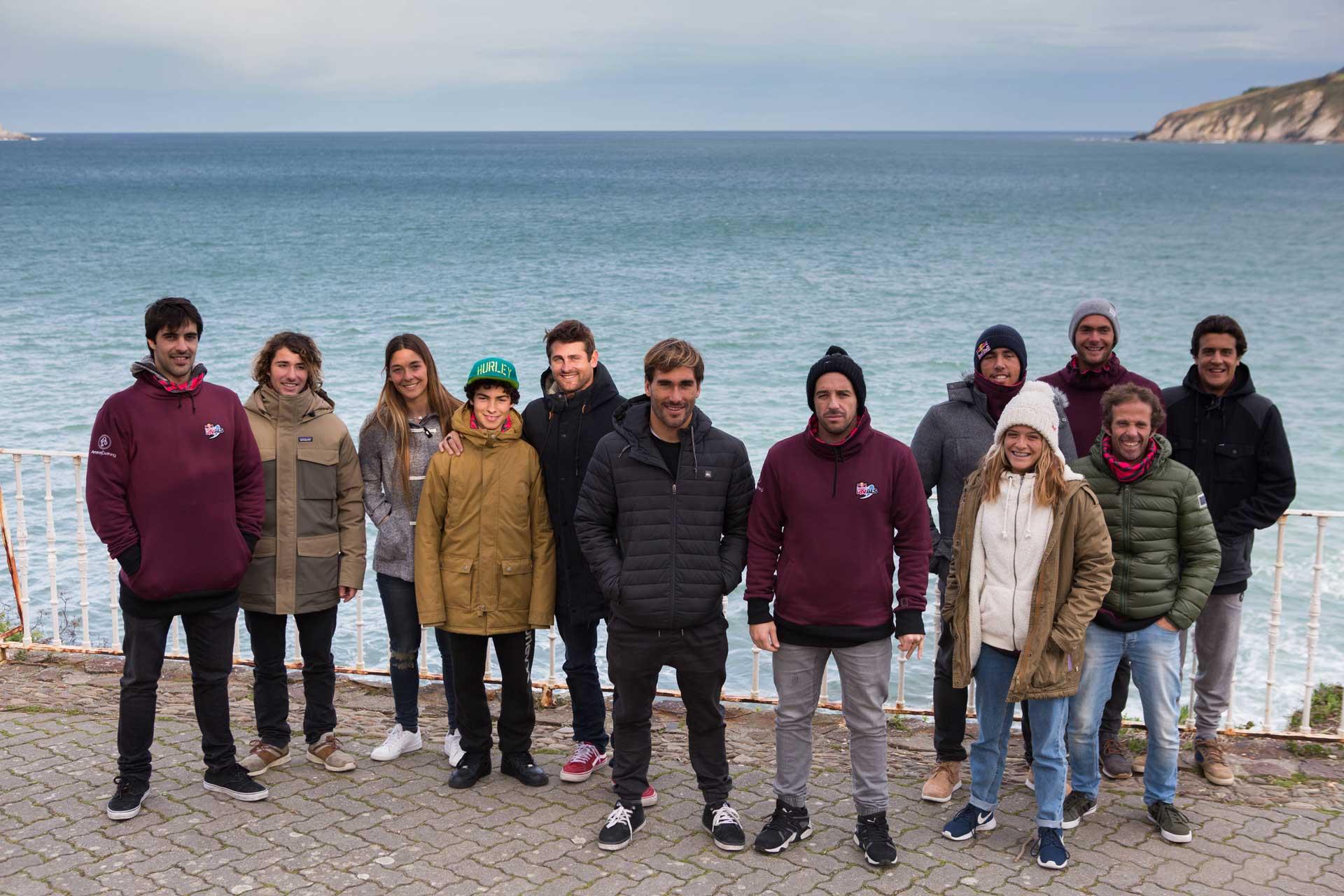 Links: Das Team aus Spanien mit Anführer Aritz Aranburu. Rechts: Die Portugiesen mit ihrem Team-Leader Tiago Pires. Dahinter: Mundaka, wenn keine Welle bricht. Credit: Javier Munoz / Red Bull