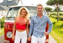 Janni und Peer Hand in Hand vor einem klassischen VW-Bus.