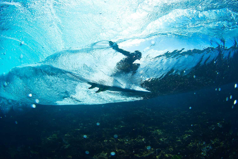 Weitere Indizien: Das Wasser ist kristallklar und die Wellen brechen über seichten Riffen.
