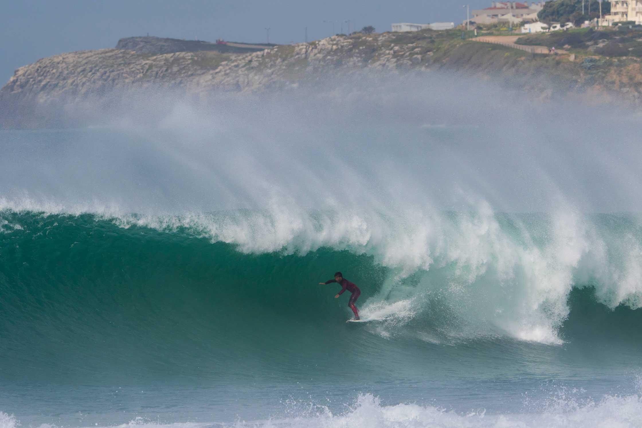 Übrigens kein leicht zu surfender Spot - eher ein Semi-Closeout, den man manchmal schaffen kann. Ein anderer als Aritz hätte aber bei dieser Welle kaum eine Chance.