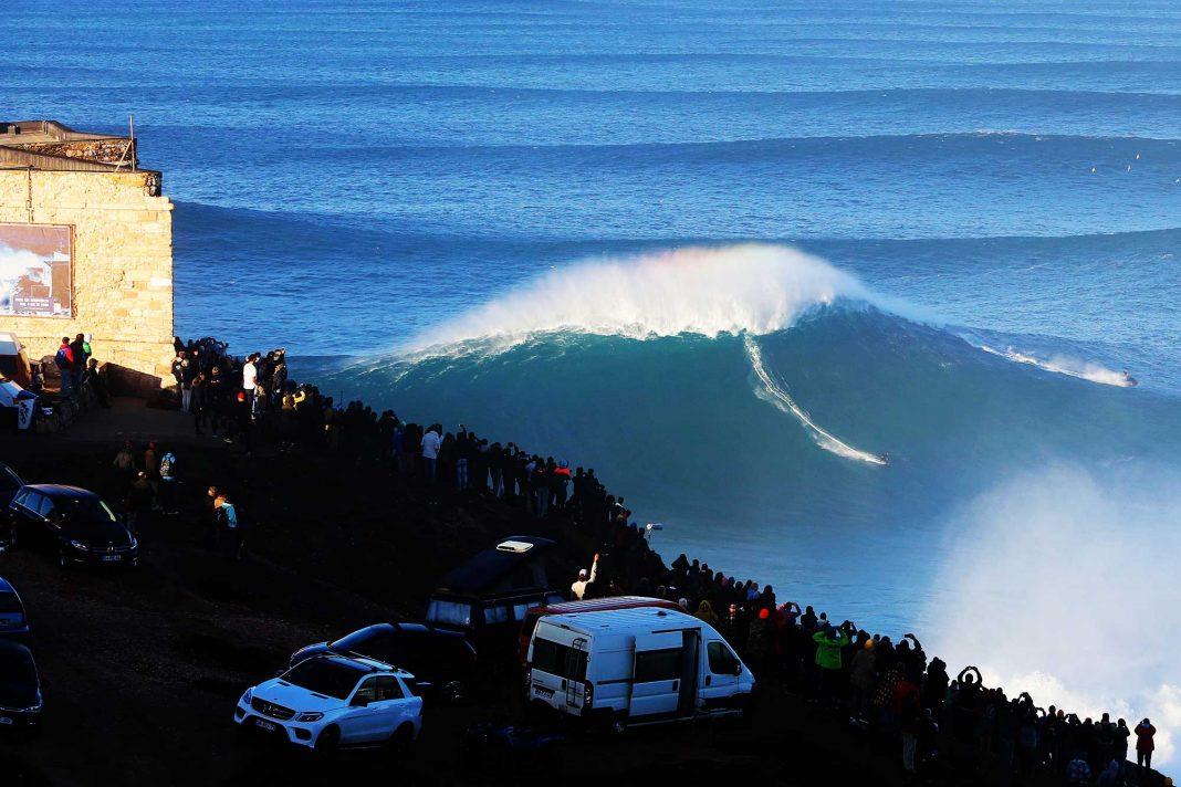 Ist hier Big Wave Surfer Sebastian Steudtner auf der größten Welle des Jahres zu sehen? Vielleicht!