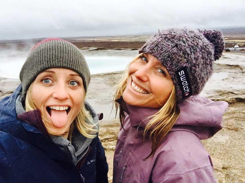 Aline und Anne-Flore kurz vor dem Besuch eines isländischen Schwimmbads.