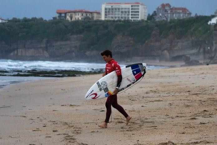 Arne Bergwinkl auf dem Weg ins Wasser bei den ISA World Surfing Games.