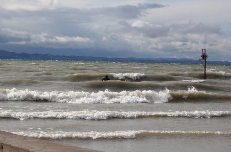 Falls einer der Surftage in den Winter fällt, kann das Wasser 1 Grad kalt sein. Im Sommer erwarten dich dagegen angenehme 20 Grad.