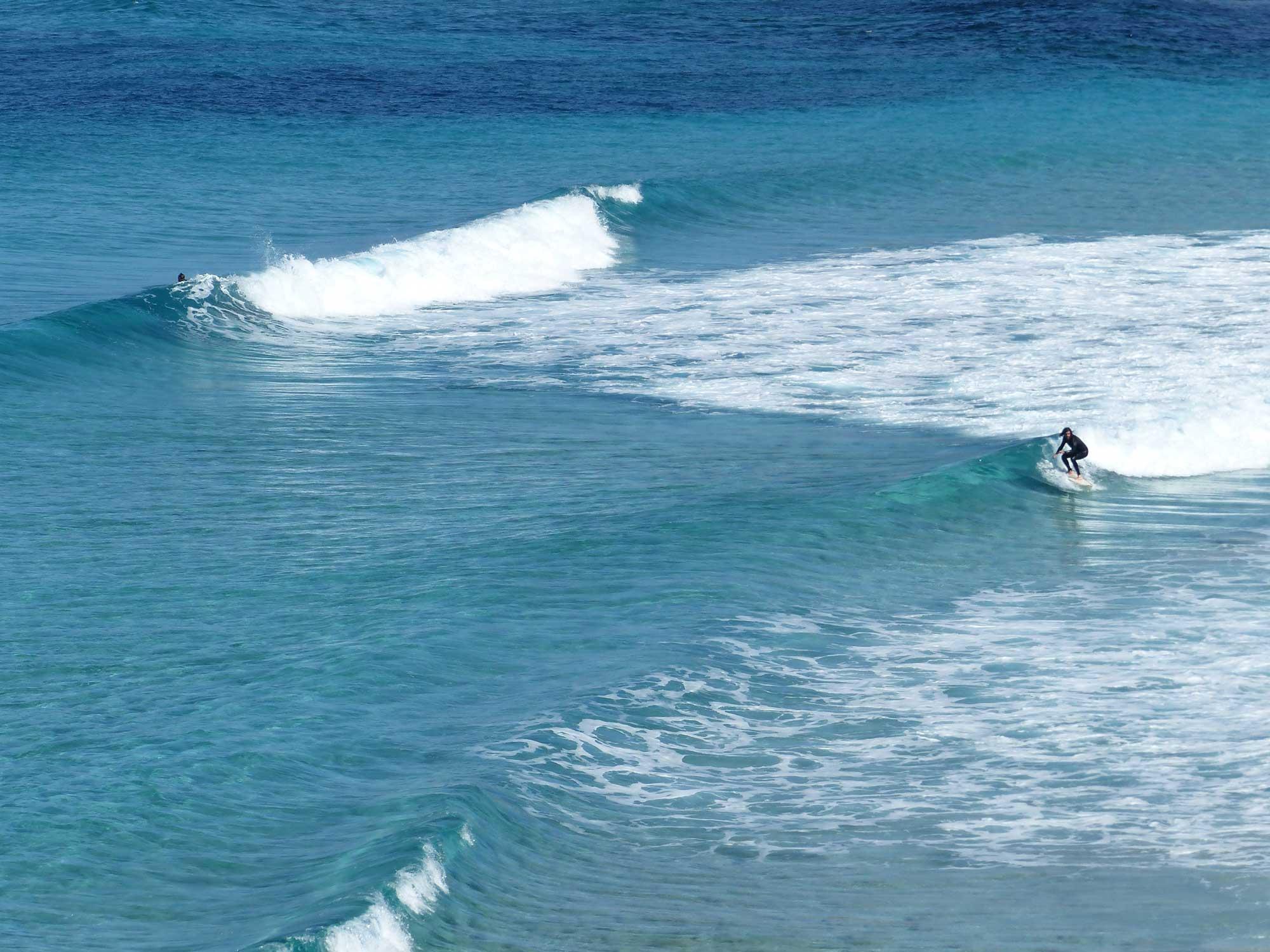 """Ein Secret Spot in der Gegend von Cala Ratjada. So eine Wasserfarbe gibt es auf Mallorca übrigens gar nicht so selten. Berni, der Gründer der Laola Surf School in Palma, erzählt immer noch gerne von einer Session vor zehn Jahren in Cala Agulla. """"Da war das Wasser so klar, dass man die Wall vor sich kaum erkennen konnte. Man sah quasi nur den Meeresgrund unter sich und kein Wasser."""""""