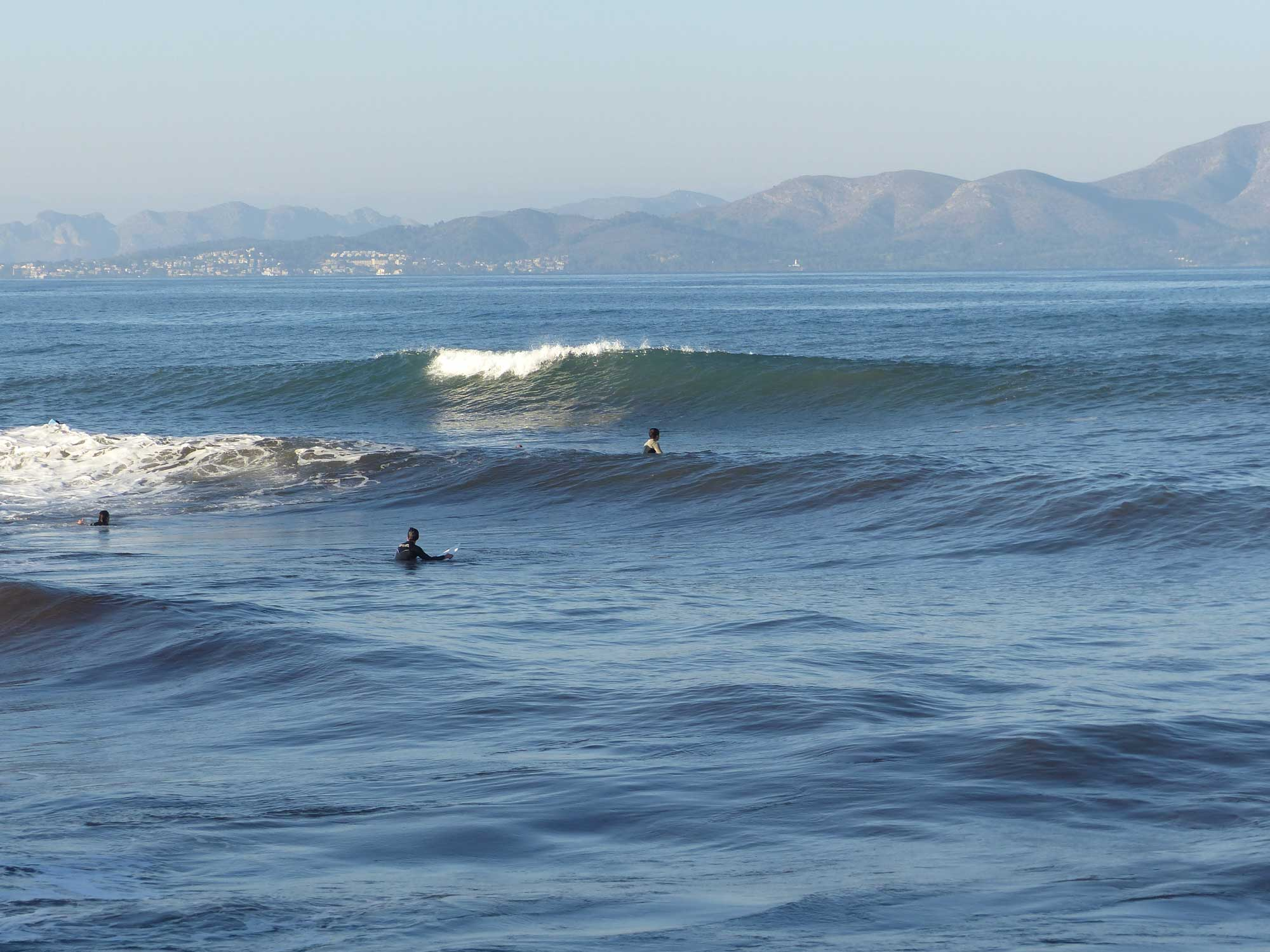 Diese ungesurfte Welle bricht an dem Spot La Compuerta in Son Serra de Marina.