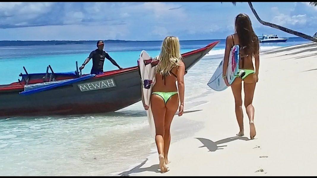 Keine der Dame flog auf den Mentawais aus dem Bikini