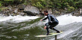 kai Lenny bei der Erfindung des Hydrofoilriversurfing