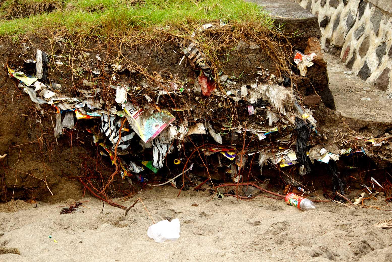 Der Müll ist auf Bali nicht mehr nur auf der Oerfläche zu finden. Foto Barbara Nickl