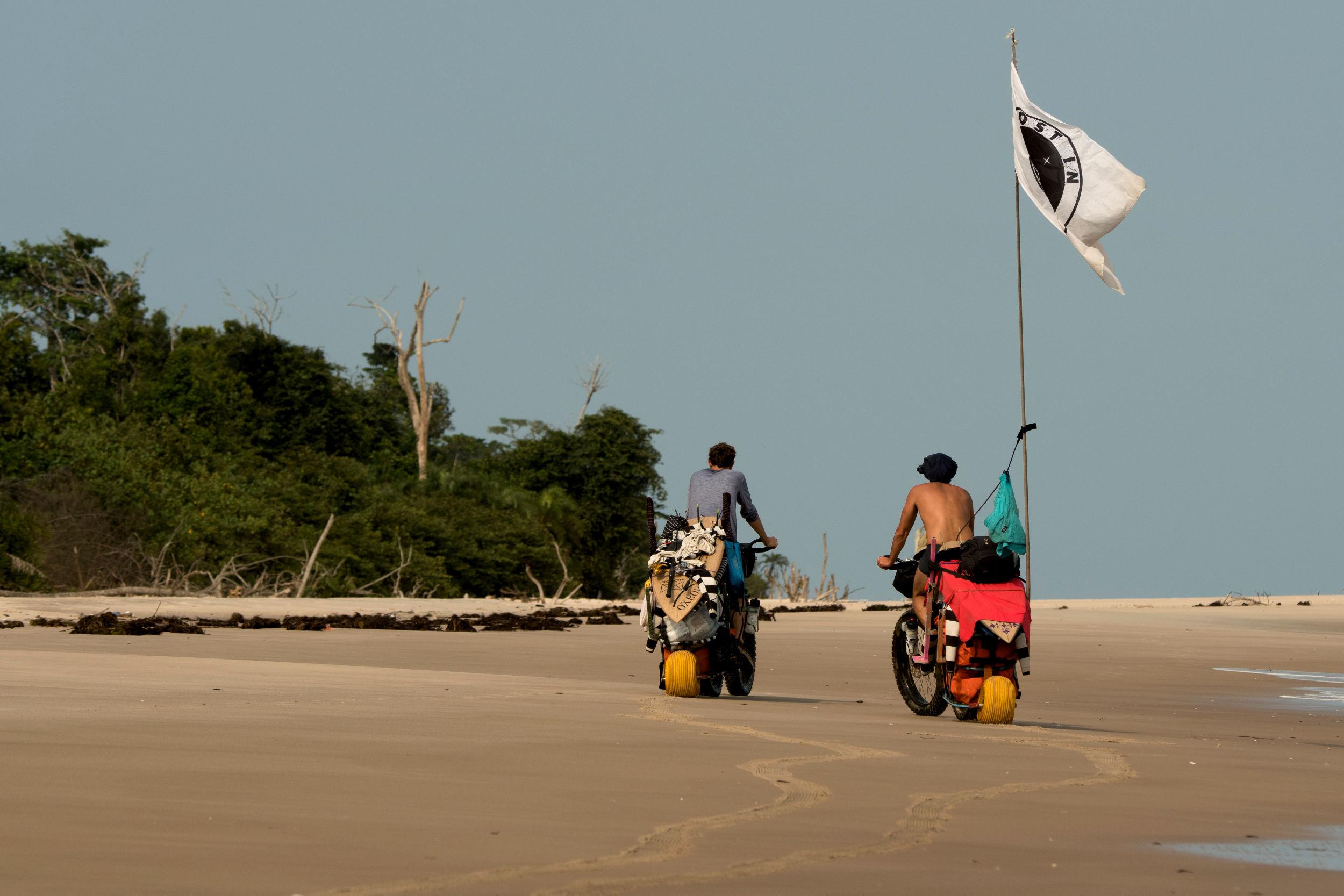"""""""Es war krass, wie hart die Biketouren waren. Teilweise fehlte uns die Kraft zum Surfen"""", lautete die Einschätzung nach der Tour."""