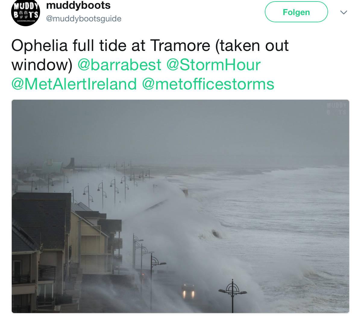 Die Ankunft der Wellen an Irlands Küste.