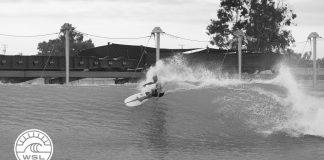 Kelly Slater mit gebrochenem Fuß beim Surfen.