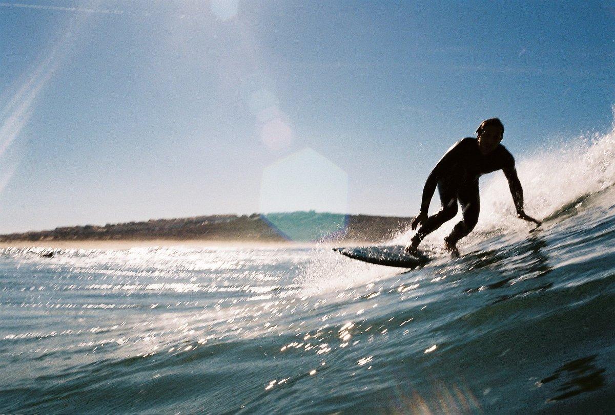 Mario weiß, wo er in Portugal noch leere Wellen findet. Foto: Primoz Zorko