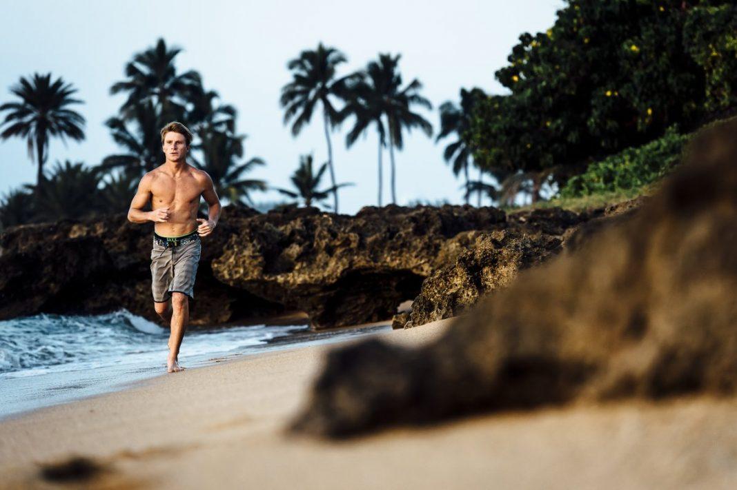 Mark Healey beim lockeren Strandlauf.