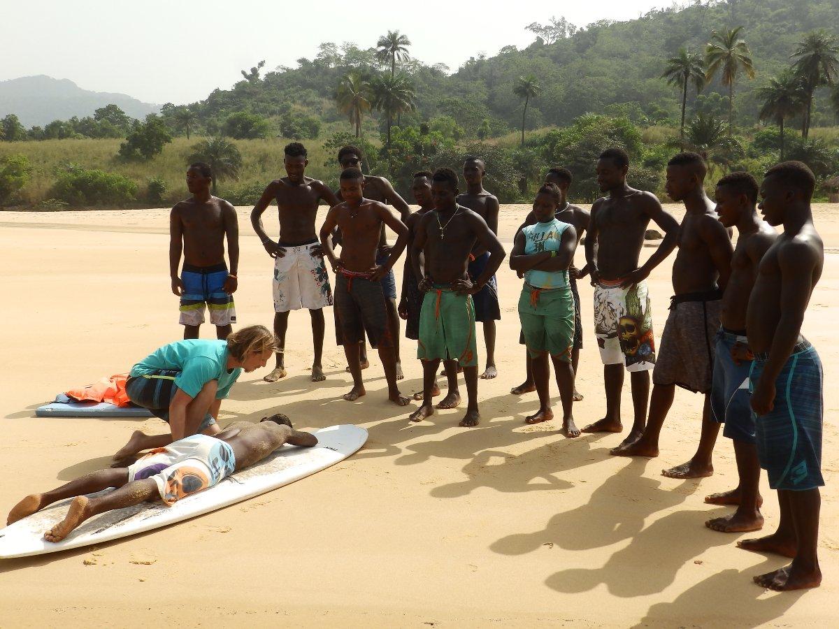 Stefan zeigt beim Lifeguard-Training, wie man einen bewusstlosen Schwimmer mit dem Surfboard rettet.