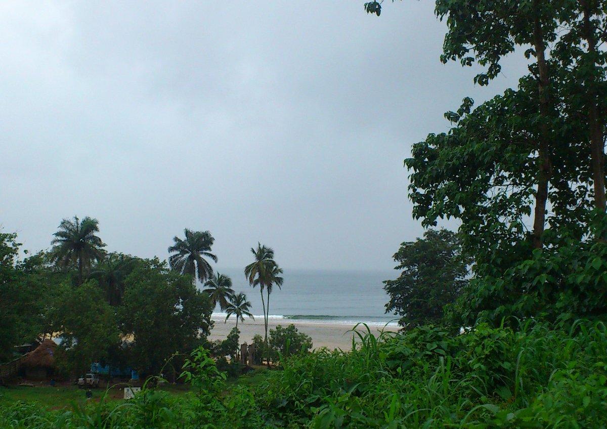 Bureh Beach. Vorne links im Bild und verdeckt von Bäumen: Das Clubhaus, der tägliche Arbeitsplatz von Stefan.