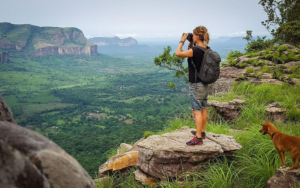 """Lena vor dem grünen """"Grand Canyon"""" Guineas in Douki."""
