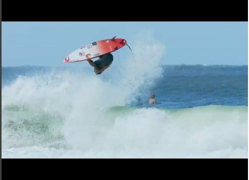 Gabriel Medina reitet Wellen und Surfer