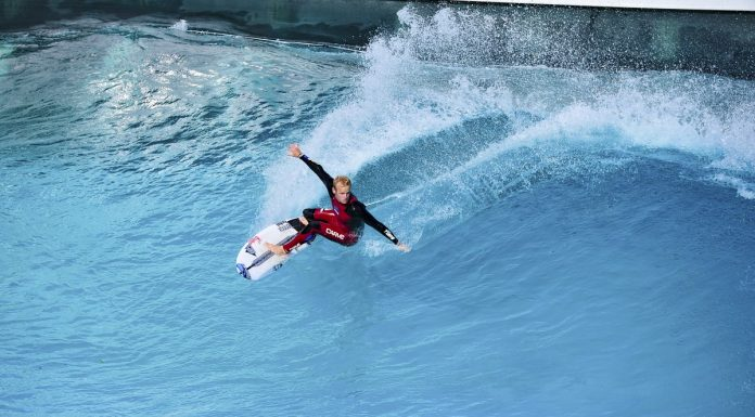 Stu Kennedy surft die Wavegarden Cove in Spanien