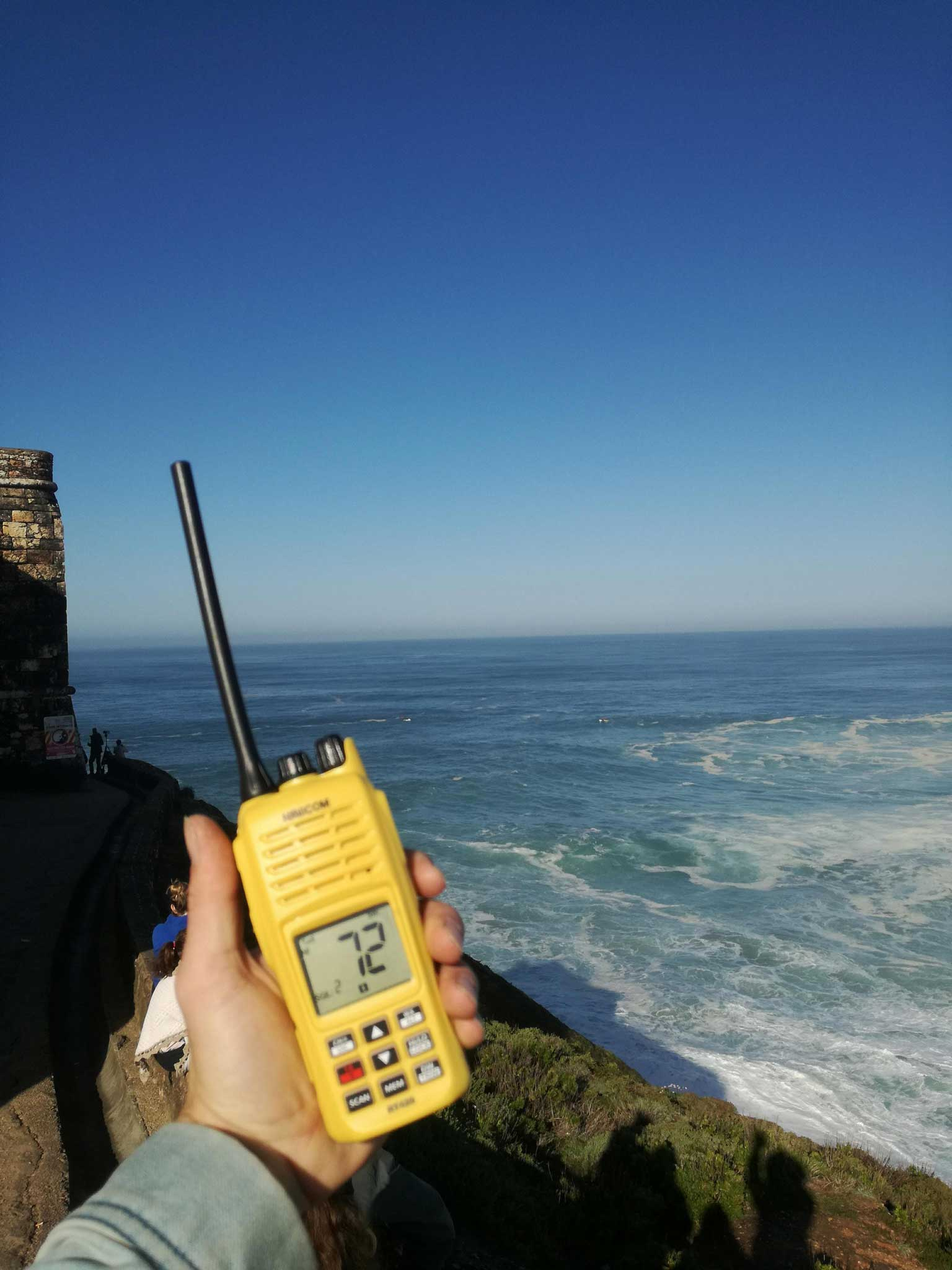 Der Spotter auf der Klippe träft ein Funkgerät sowie die gesamte Verantwortung.