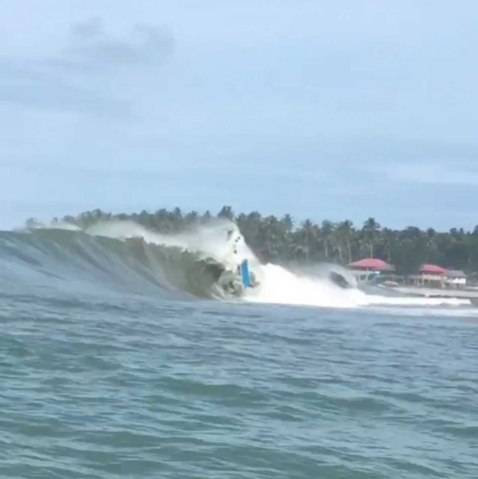 Der Monsterswell hat ein Boot in Nias versenkt