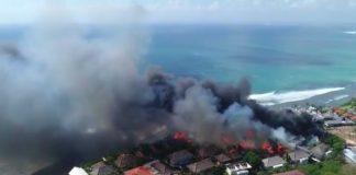 Uluwatu auf Bali brennt