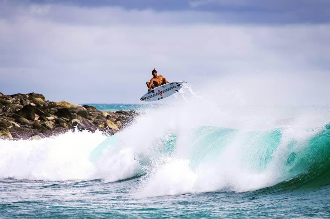 Leon Glatzer flying high in Taiwan. Einer von Joes letzten Surftrips.