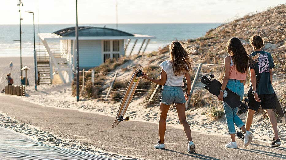 Pure Surfcamp Moliet: Zum Sonnenuntergang an den Strand cruisen